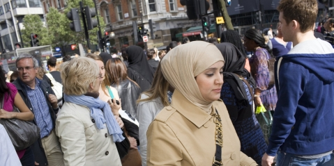 UK – Bradford Muslims threatened with acid attack